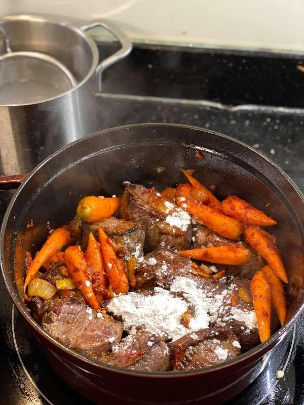 Cách làm món Beef bourguignon - Bò hầm vang đỏ 3