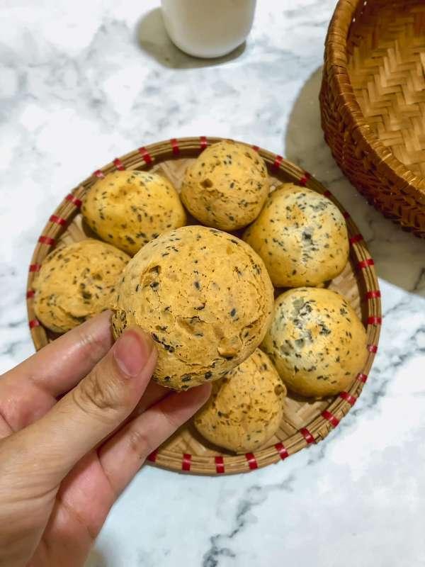 Cách làm Bánh Mì Mè Đen Hàn Quốc - bên trong dẻo như mochi, bên ngoài giòn tan 3