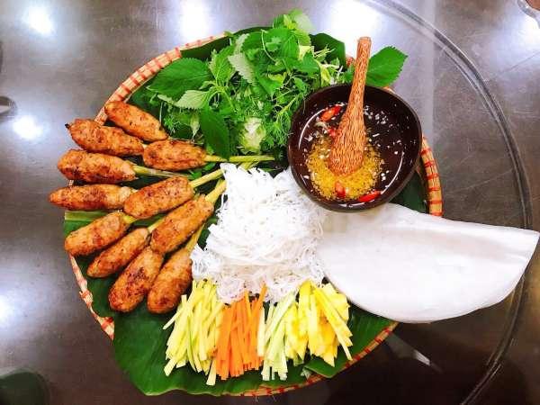 Cách làm món Nem Lụi tại nhà - Nem Lụi kèm cuốn bánh đa, bún, rau các kiểu 2