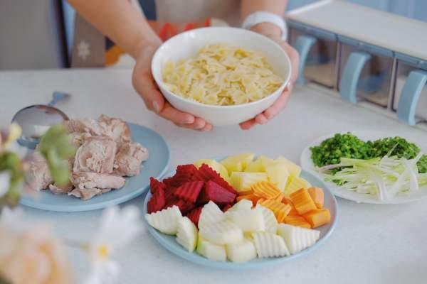 [Công Thức] Cách nấu món Nui hầm rau củ sườn non cùng HH Ngọc Hân 6