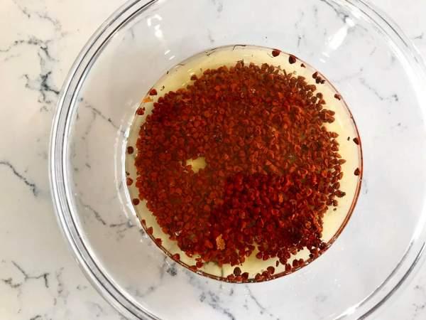 [Mẹo hay] Làm dầu điều bằng lò vi sóng tạo màu đỏ đẹp hấp dẫn 3