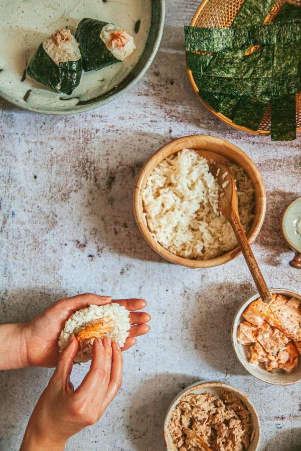 Cách làm Món cơm nắm cá và tempura rau củ 7