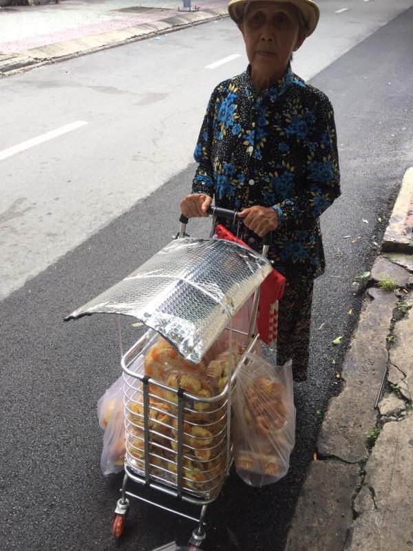 [Review] - Cụ Bà đẩy xe bán Bông Lan Chà Bông Trứng Muối, QUẬN 1 4