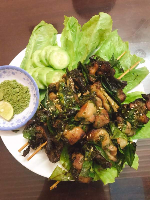 Cách làm Thịt nướng xiên que lá mắc mật chấm muối rau răm lá chanh 5