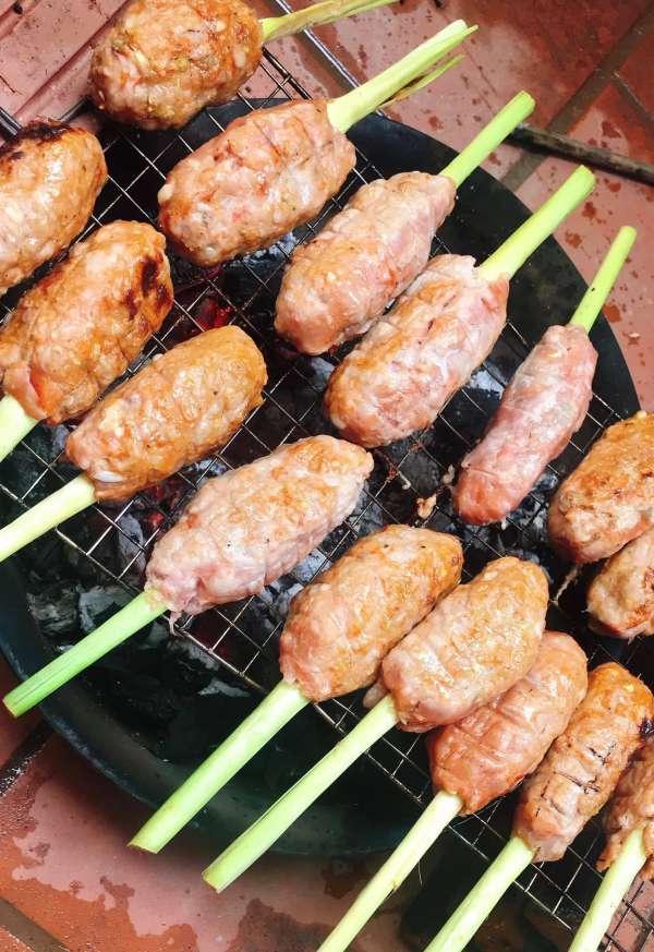 Cách làm món Nem Lụi tại nhà - Nem Lụi kèm cuốn bánh đa, bún, rau các kiểu 6